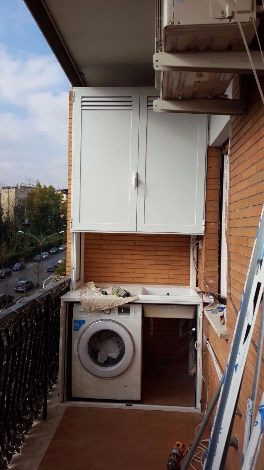 Armadio basso copri lavatrice con grate di areazione, aperto