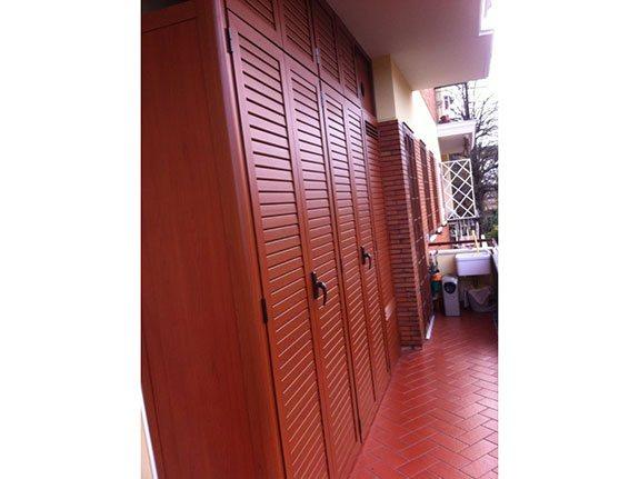 Fotografia di un armadio a 9 ante, 5 inferiori e 4 superiori nella colorazione ciliegio PKA30