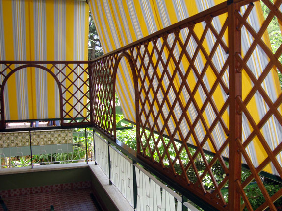 Grigliato balcone condominio tetto della casa - Alzare tetto casa ...