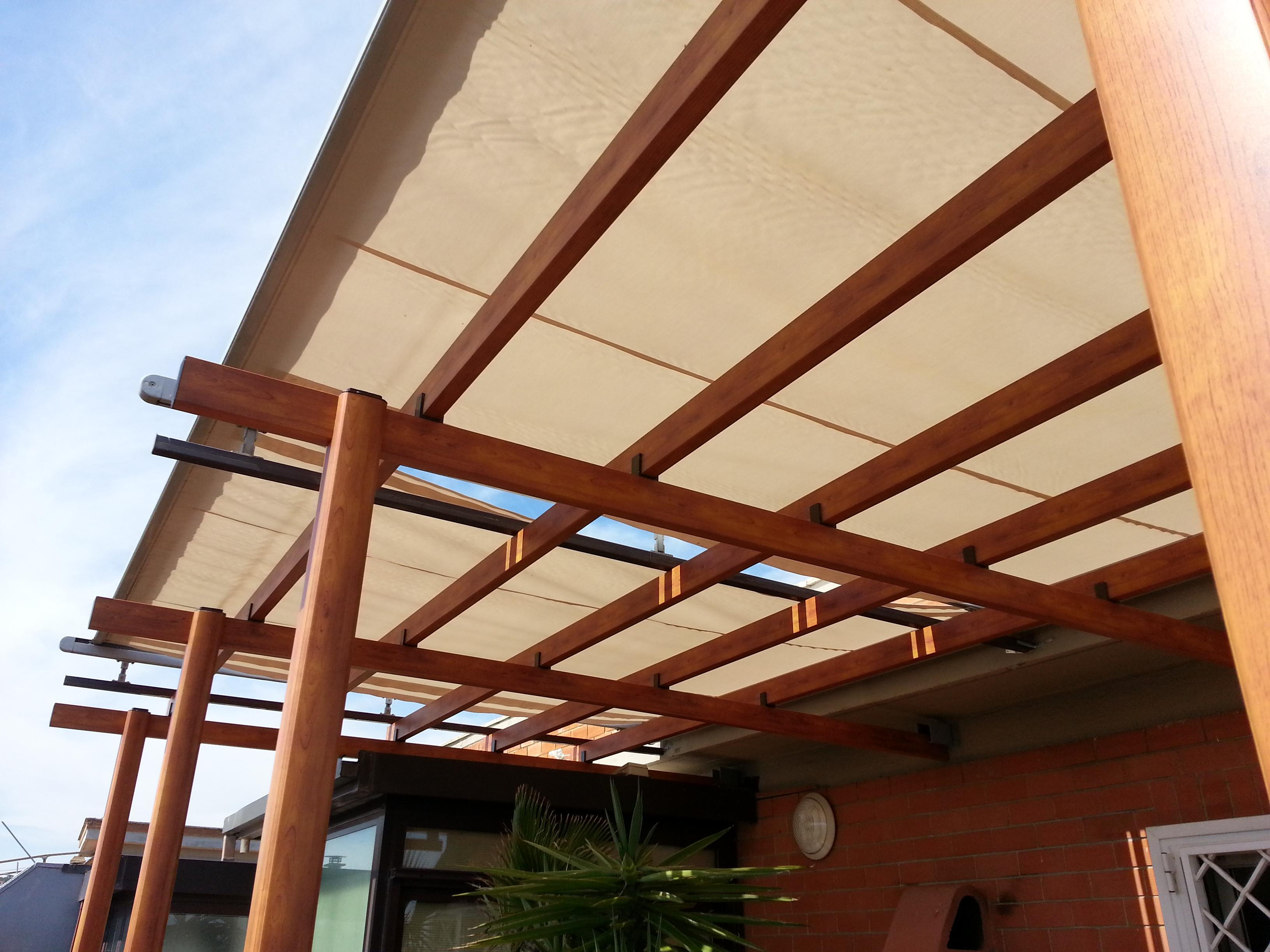 Fotografia di una Pergola modello Favignana con tenda motorizzata. Struttura in alluminio effetto legno castagno. Montaggio a Santa Marinella.