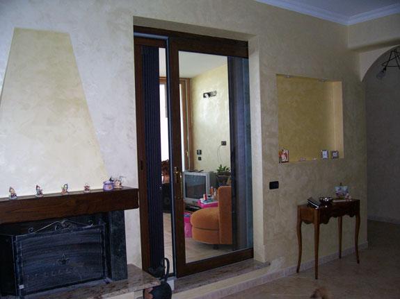 Fotografia di una Finestra in PVC Schuco color noce, apertura alzante scorrevole.