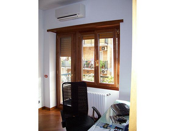 Fotografia di una Finestra e porta-finestra in alluminio-legno All.Co. Wood ciliegio interno e bianco esterno. Apertura a battente.