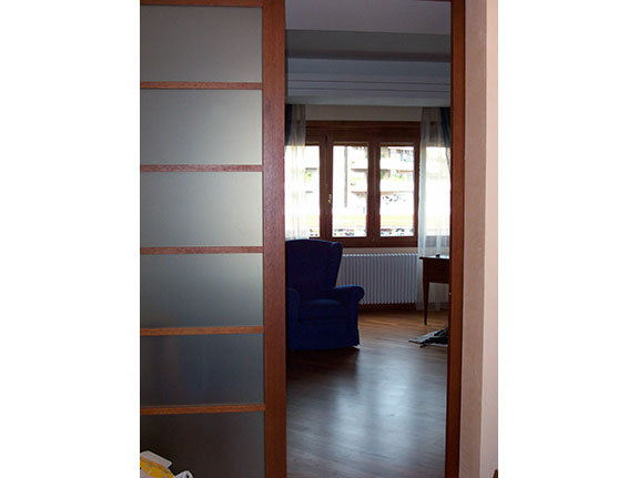 Fotografia di una Porta scorrevole in alluminio-legno All.Co. Wood ciliegio.
