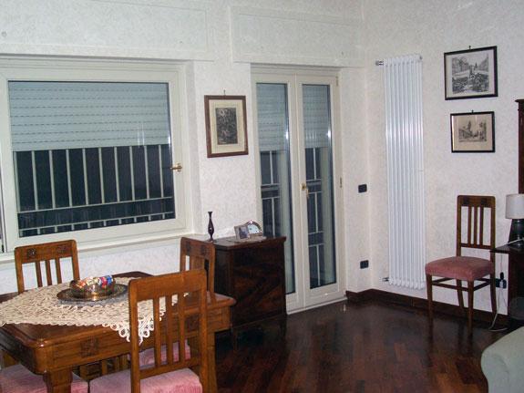 Fotografia di una Finestra alluminio-legno All.Co. Wood avorio venato interno e avorio 1013 esterno. Apertura a battente.