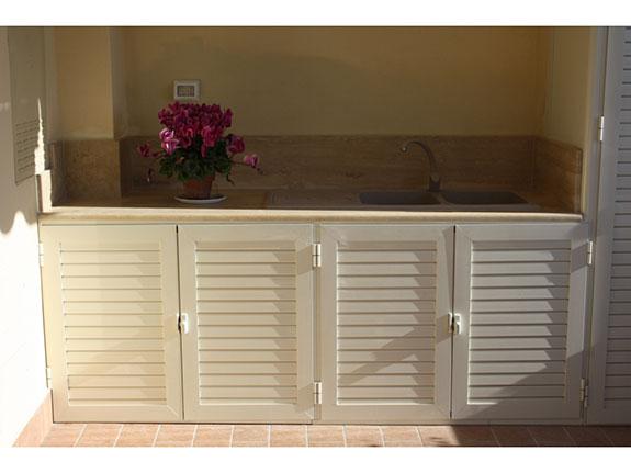 Fotografia di un armadio ripostiglio in alluminio avorio con lavandino ...