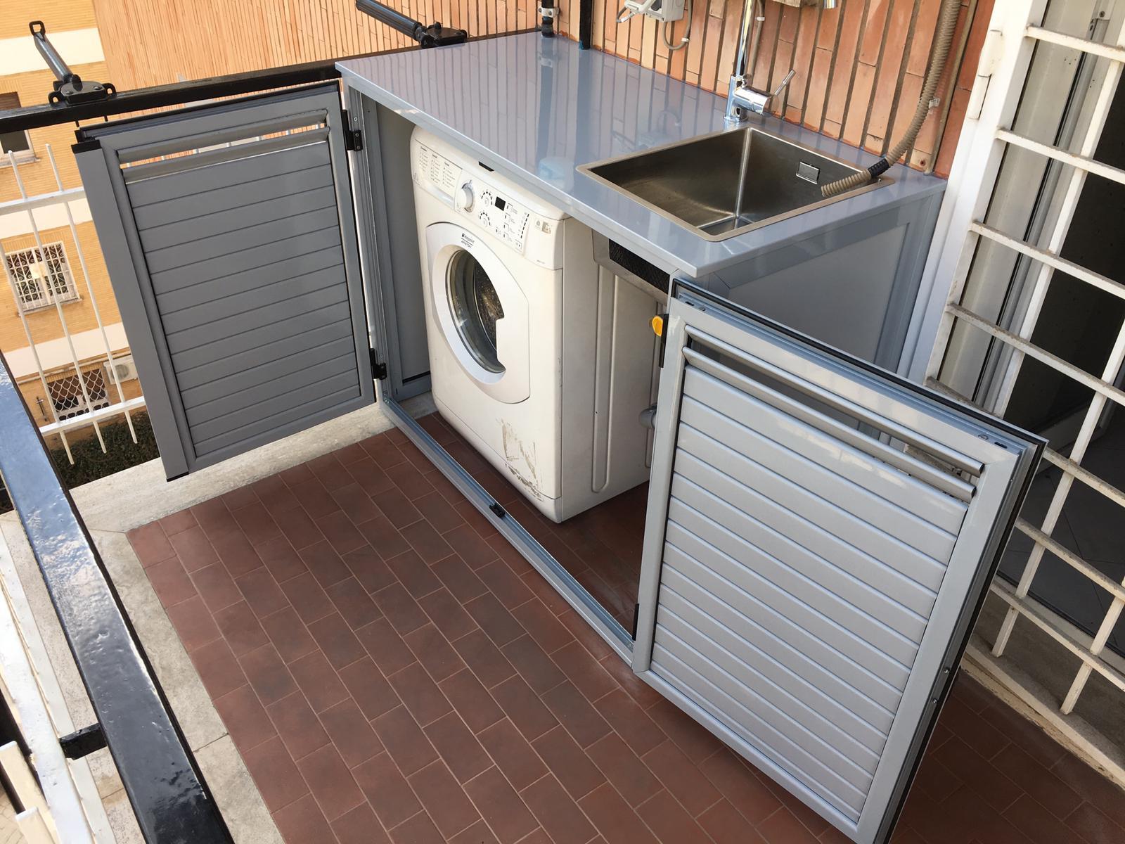 Fotografia di un armadio grigio 7001 coprilavatrice con top in lamiera e lavandino inox a incasso.