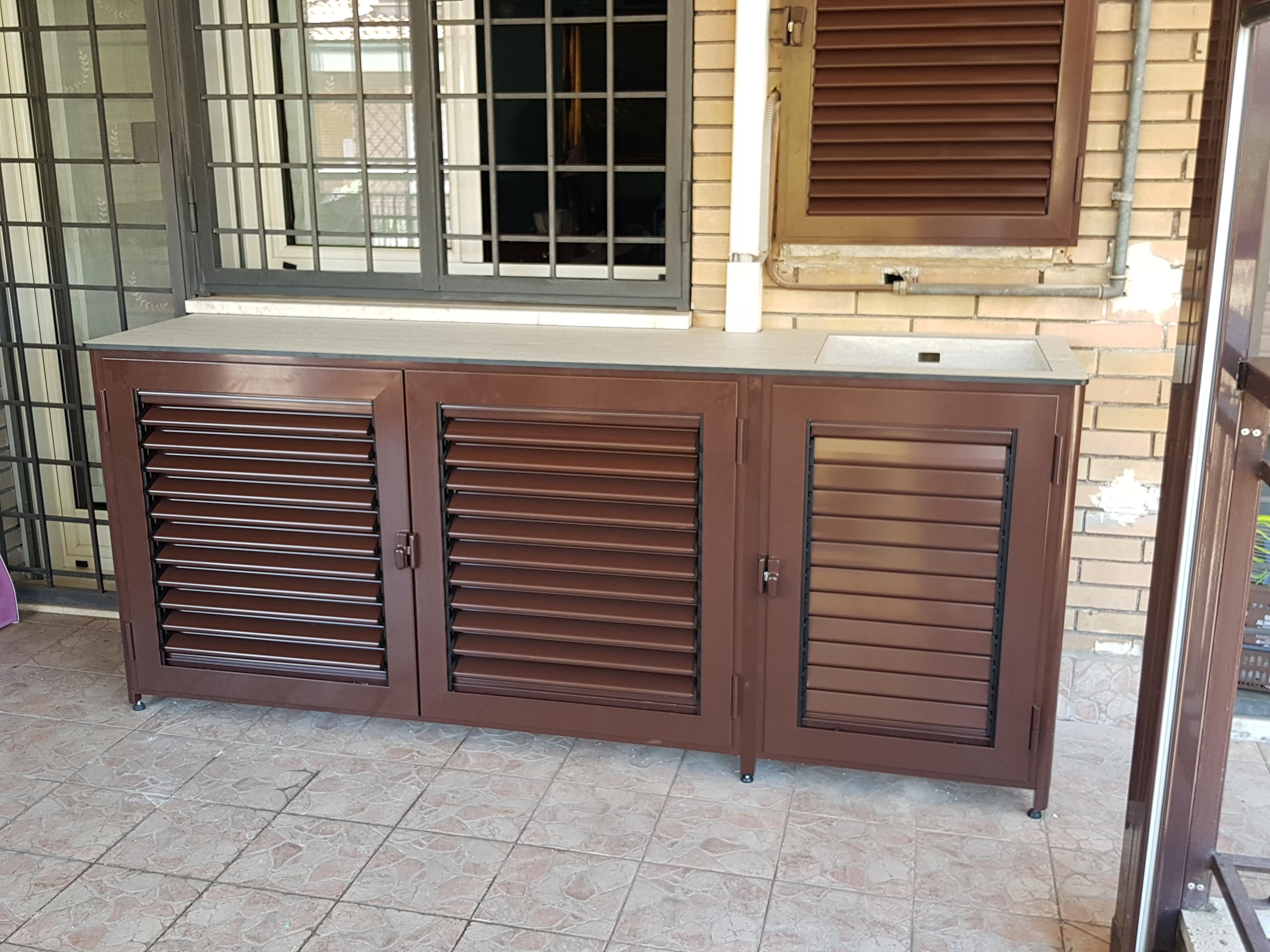 Fotografia di un armadio marrone 8017 coprimotore con top stratificato e vasca integrata.
