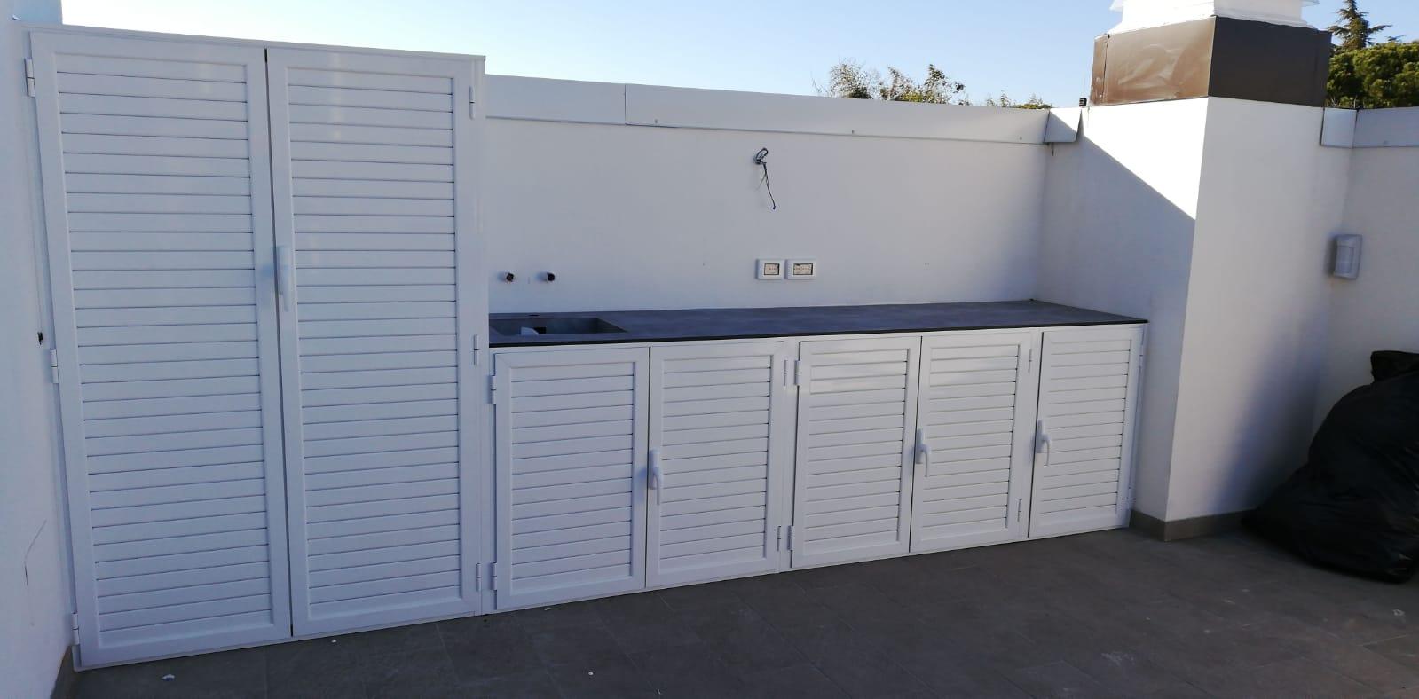 Fotografia di armadio in alluminio bianco Ral 9010 a doghe chiuse con parte bassa con top stratificato HPL con vasca integrata.