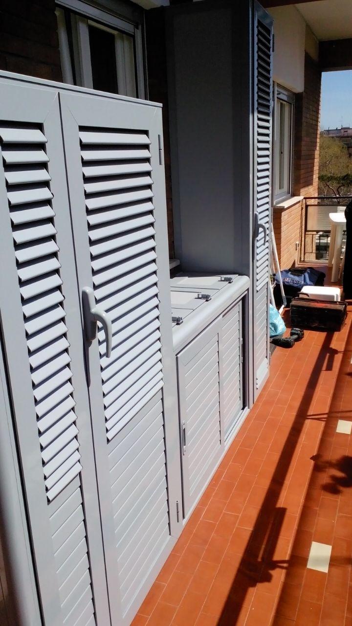 Due armadi alti e uno basso (centrale) per esterni in alluminio bianco