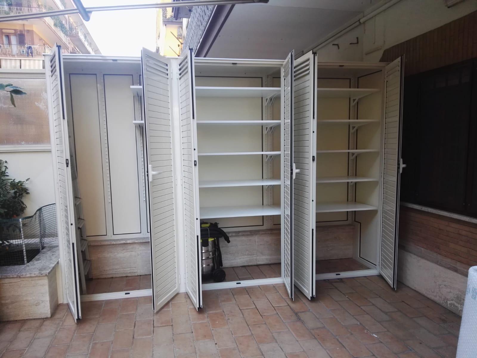 Fotografia di un armadio in alluminio avorio Ral 1013 a doghe chiuse e in parte aperte a 6 ante a uso ripostiglio (aperto).