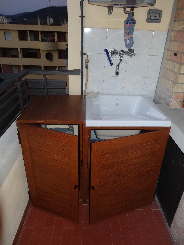Armadio esterno con due ante, ripiano, lavandino e rubinetto a muro