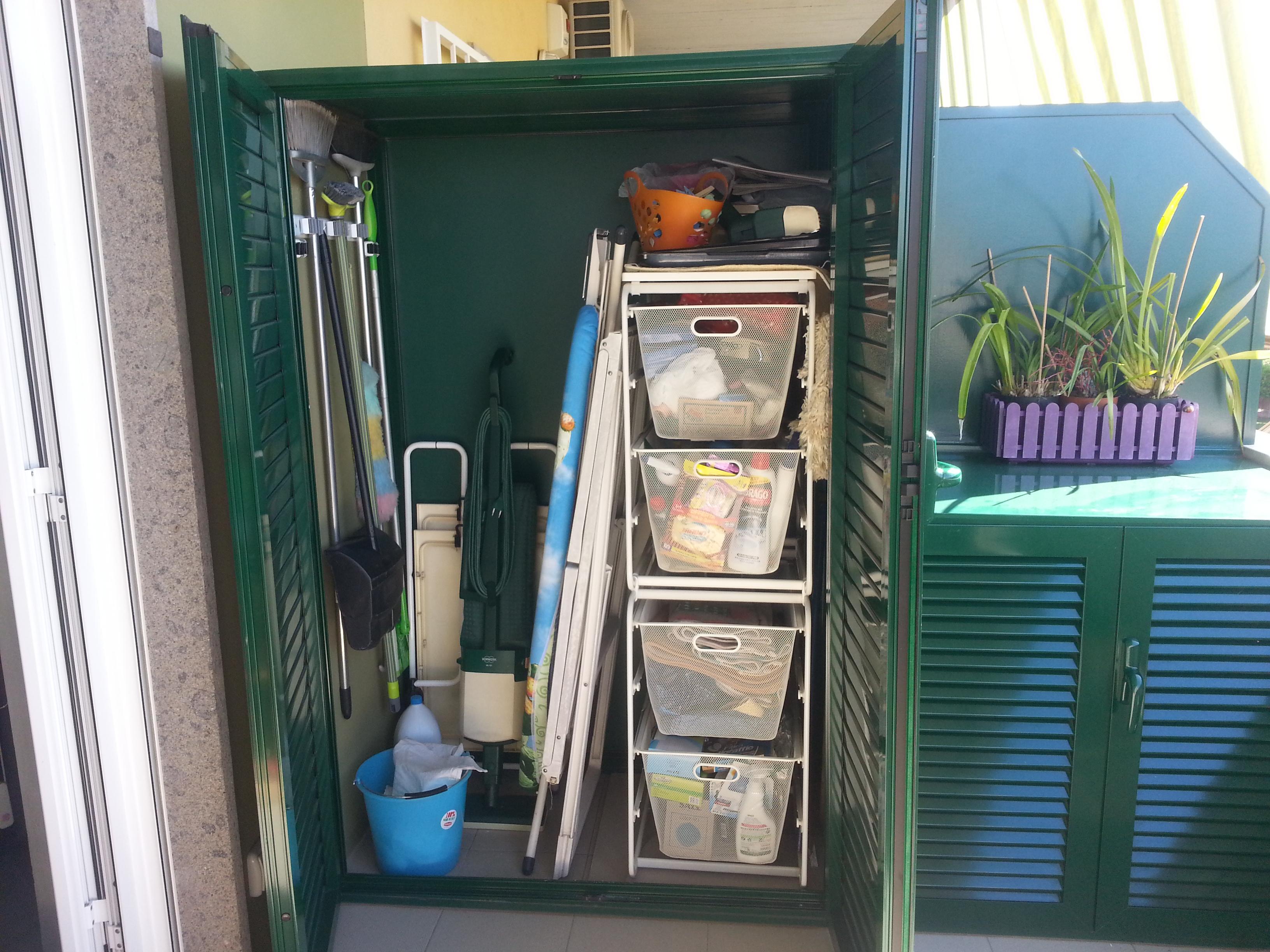 Fotografia di armadio in alluminio verde Ral 6005 ripostiglio a doghe chiuse (aperto).