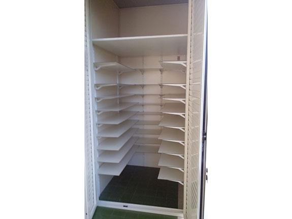 Armadio per esterni in alluminio bianco aperto con 10 ripiani regolabili