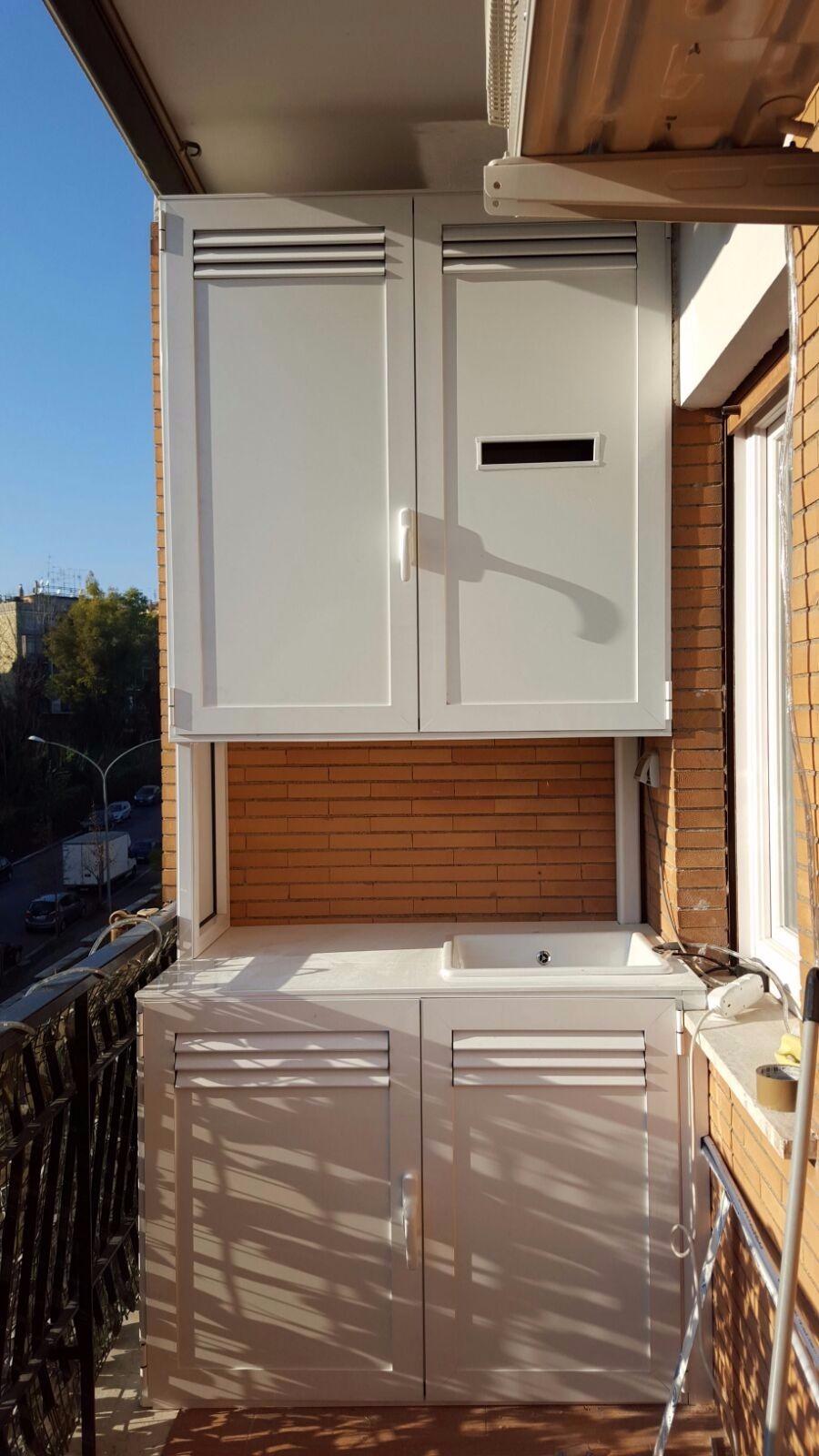 Armadio basso copri lavatrice con grate di areazione, chiuso