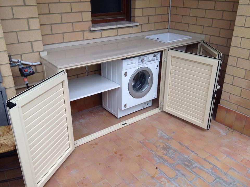 Mobile basso a tre ante con lavatrice e ripiano, aperto