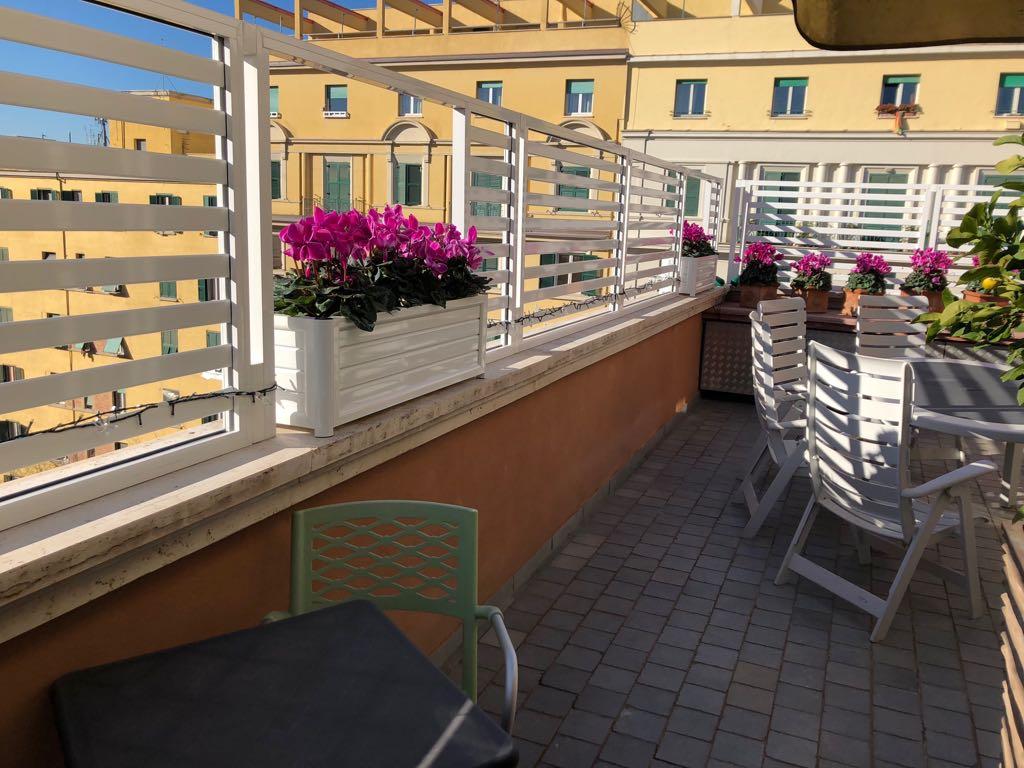 Fotografia di un frangisole in alluminio bianco con doga da 5 cm e spazio da 4 cm, montato su un terrazzo a Roma, quartiere Appio.