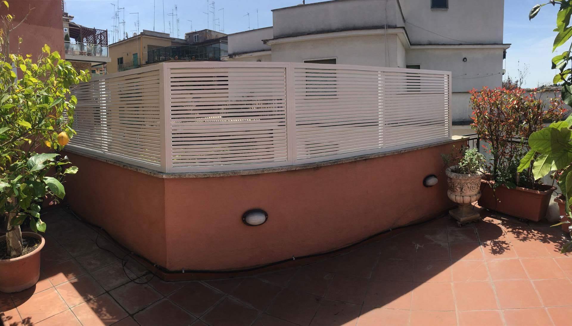 frangisole in alluminio bianco con profili orizzontali 2010 mm montaggio su attico a roma quartiere monteverde