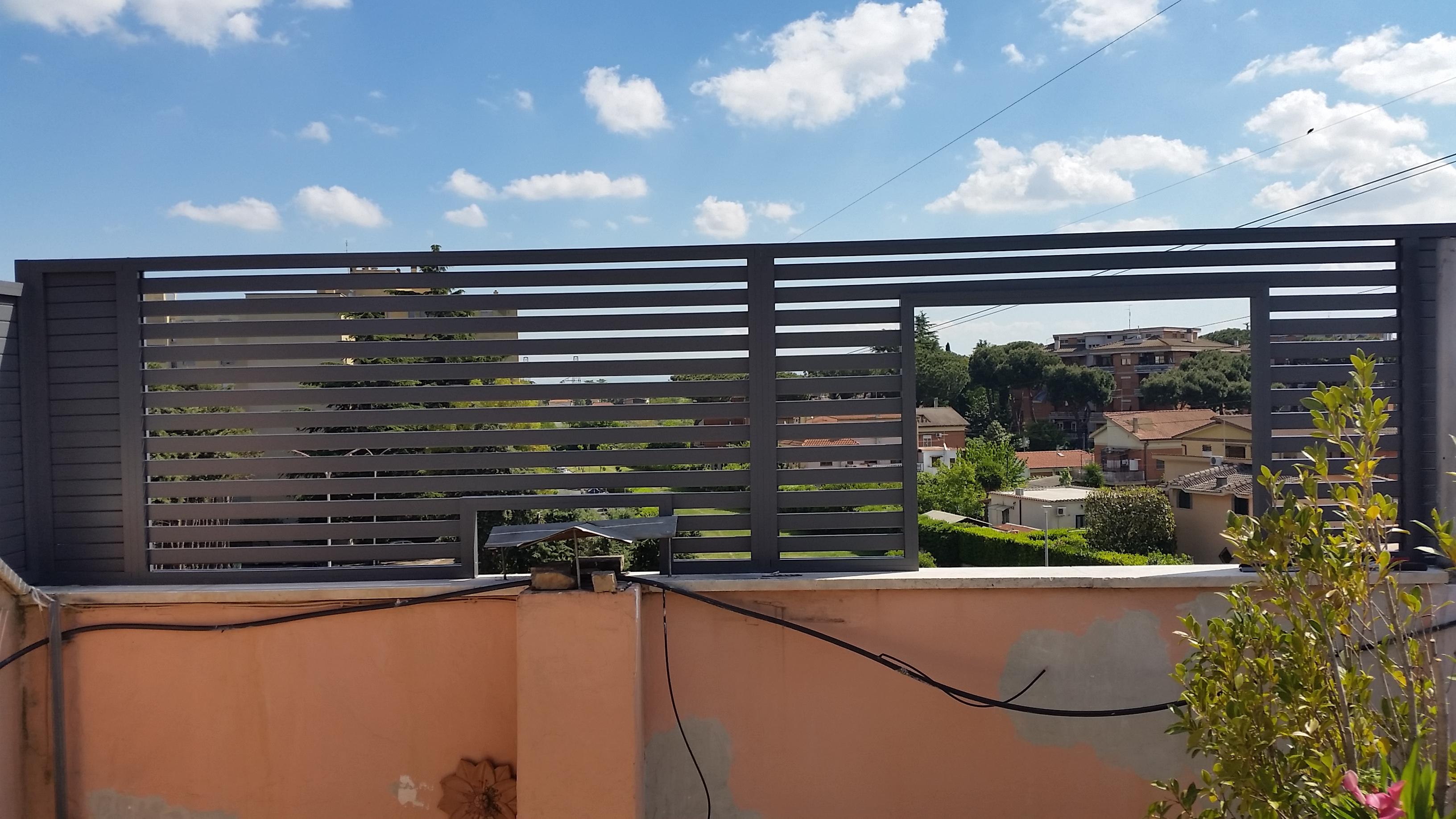 frangisole in alluminio grigio raffaello con profili orizzontali 5010 mm montaggio su attico a roma quartiere statuario
