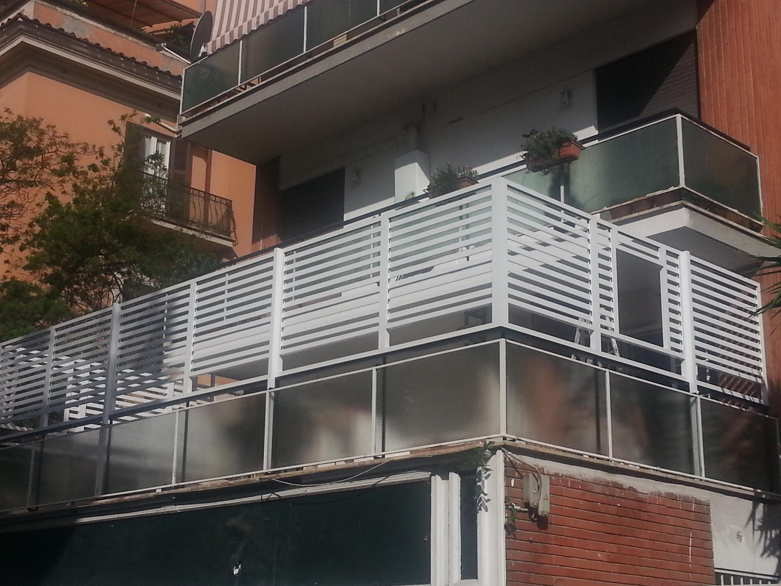 Fotografia di un Frangisole in alluminio verniciato bianco, spazio di cm. 4 tra le doghe. Montaggio a Roma, quartiere Appio Latino.