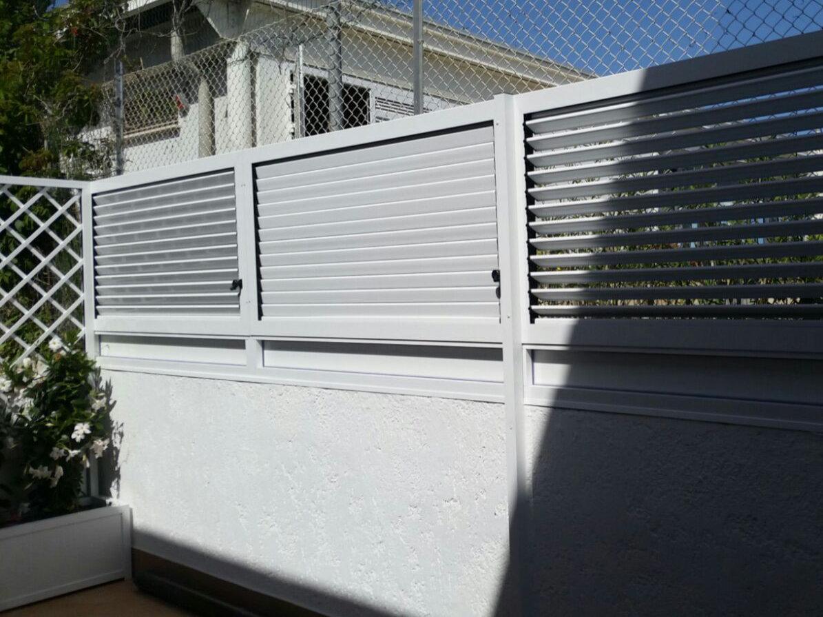 Fotografia di un Frangivista in alluminio verniciato bianco a doghe orientabili. Montaggio in Riviera Romagnola.
