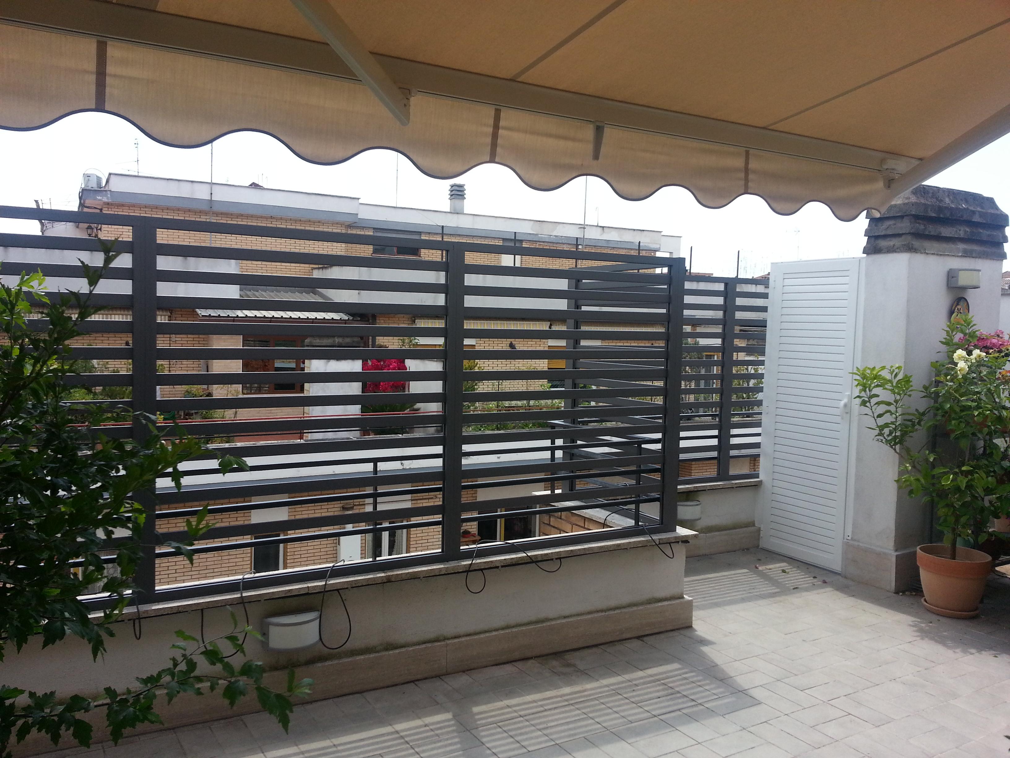 Fotografia di un Frangisole in alluminio verniciato grigio Raffaello, spazio di cm. 4 tra le doghe. Montaggio a Roma, quartiere Talenti.