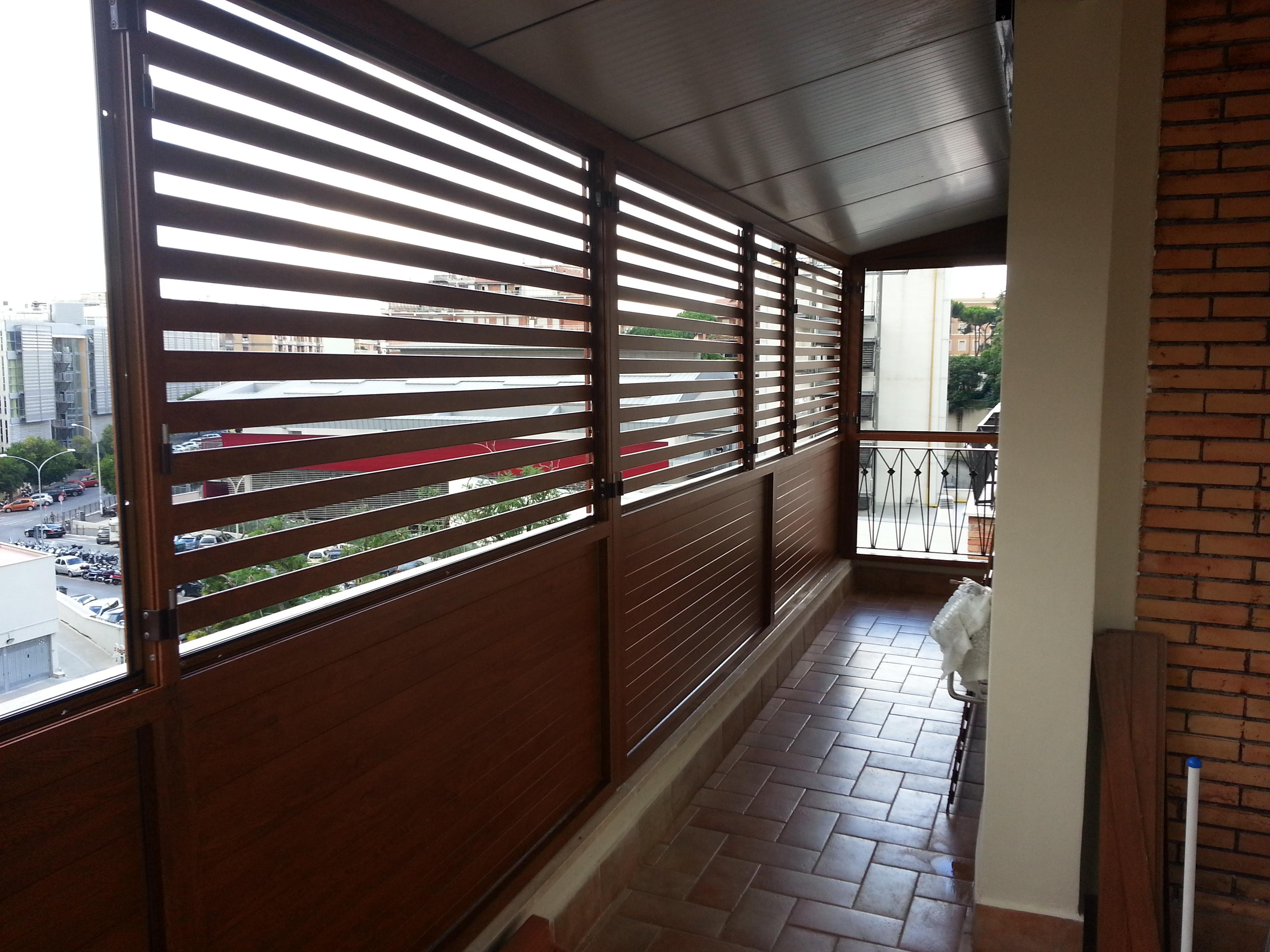 Fotografia di un Frangisole in alluminio effetto legno noce Francia (PKA16), spazio di cm. 3 tra le doghe, parte inferiore chiusa. Montaggio a Roma, quartiere Eur.