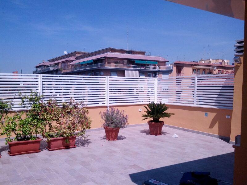 Fotografia di un Frangisole in alluminio verniciato bianco, spazio di cm. 3 tra le doghe. Montaggio a Roma, quartiere Portuense.