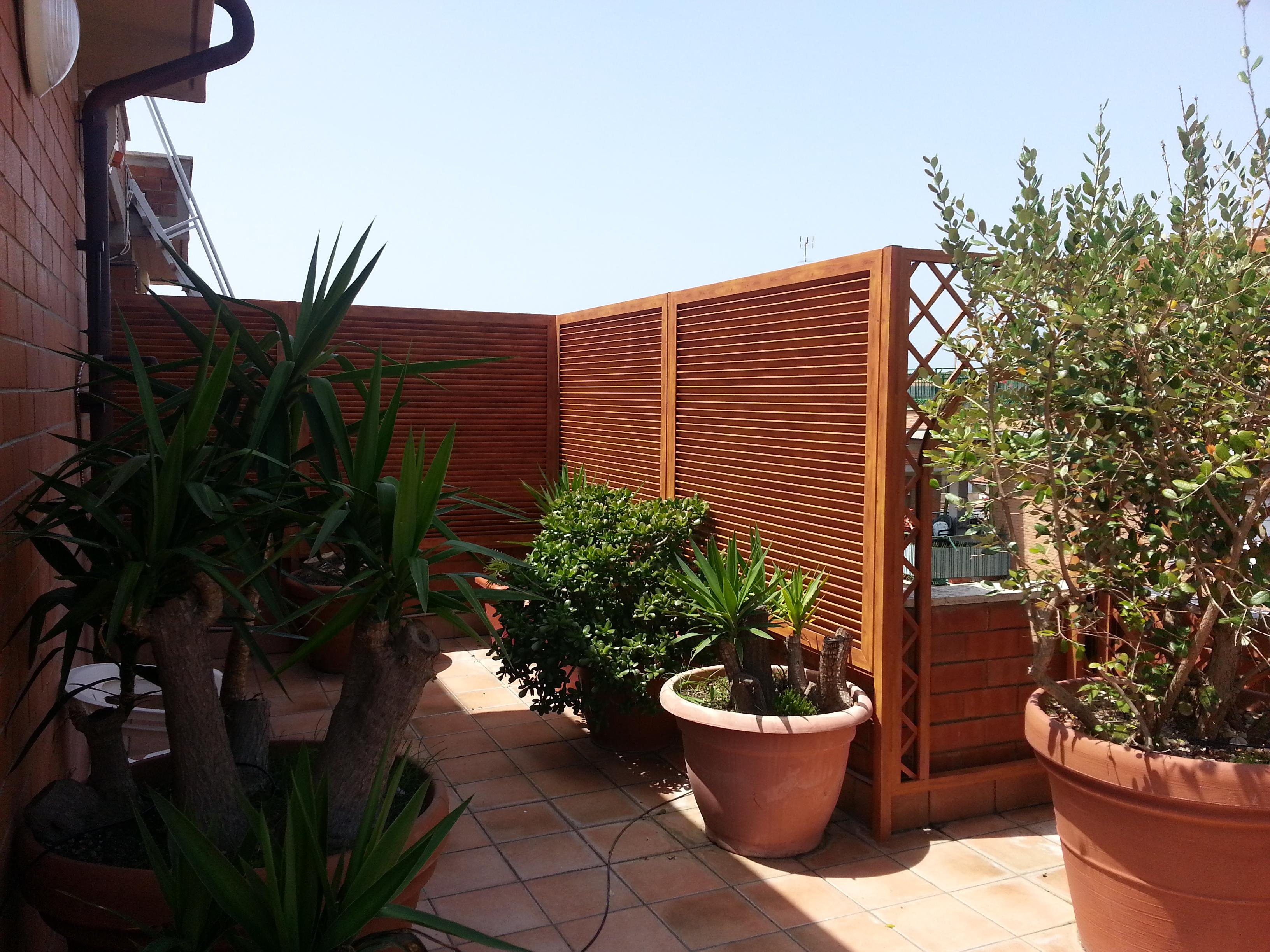 Fotografia di un Frangivista in alluminio legno colore castagno a persiana inclinata. Montaggio a Santa Marinella.