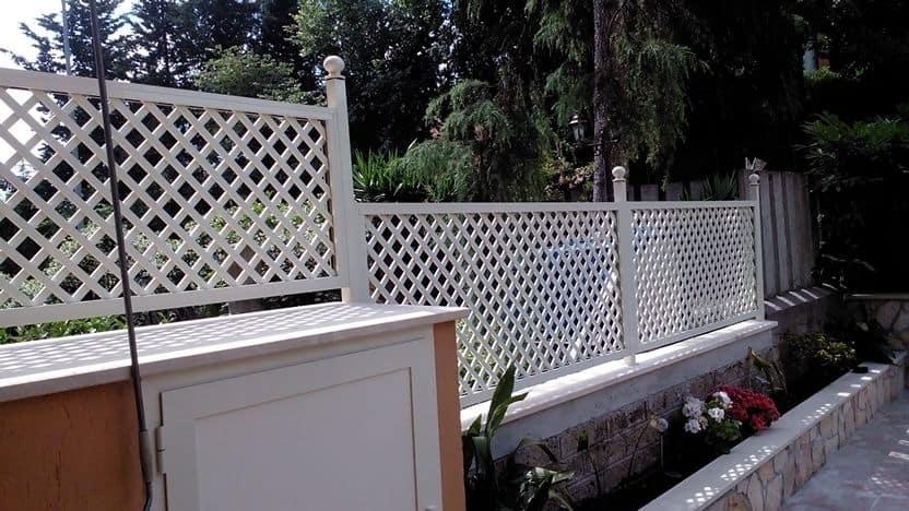 Fotografia di un grigliato in alluminio color avorio (Ral 1013) con maglia 4,5 x 4,5 inclinata, installato su un terrazzo a Monterotondo.