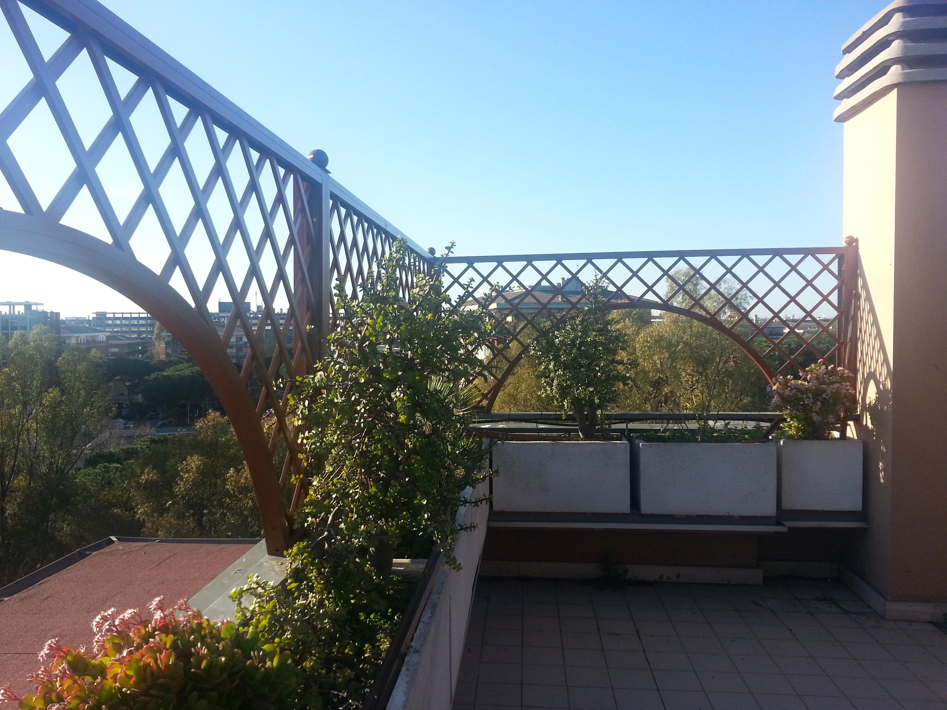 Grigliato con archi e piante rampicanti (bouganville)