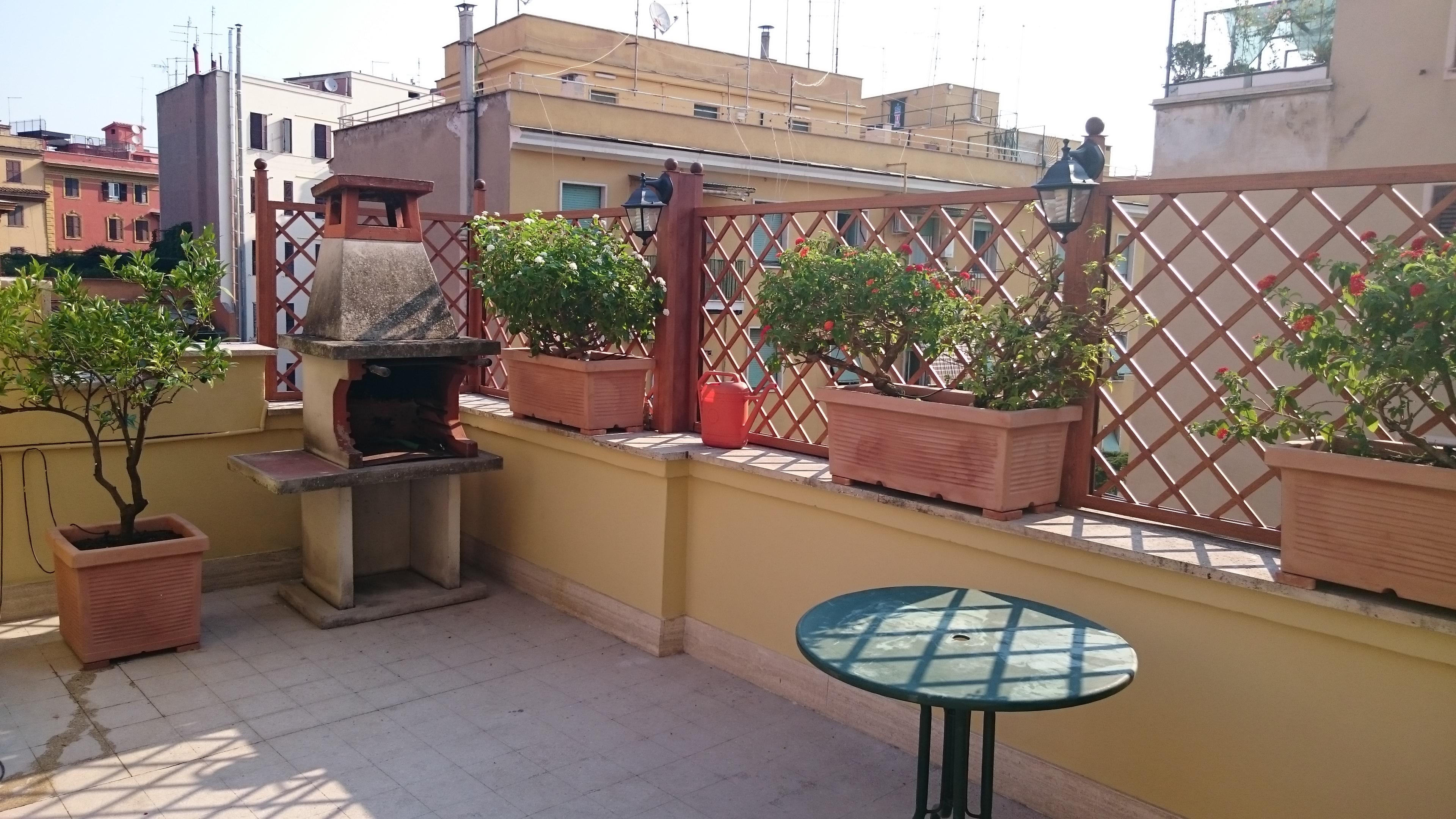 Grigliato montato sul muro del terrazzo, su cui poggiano delle fioriere