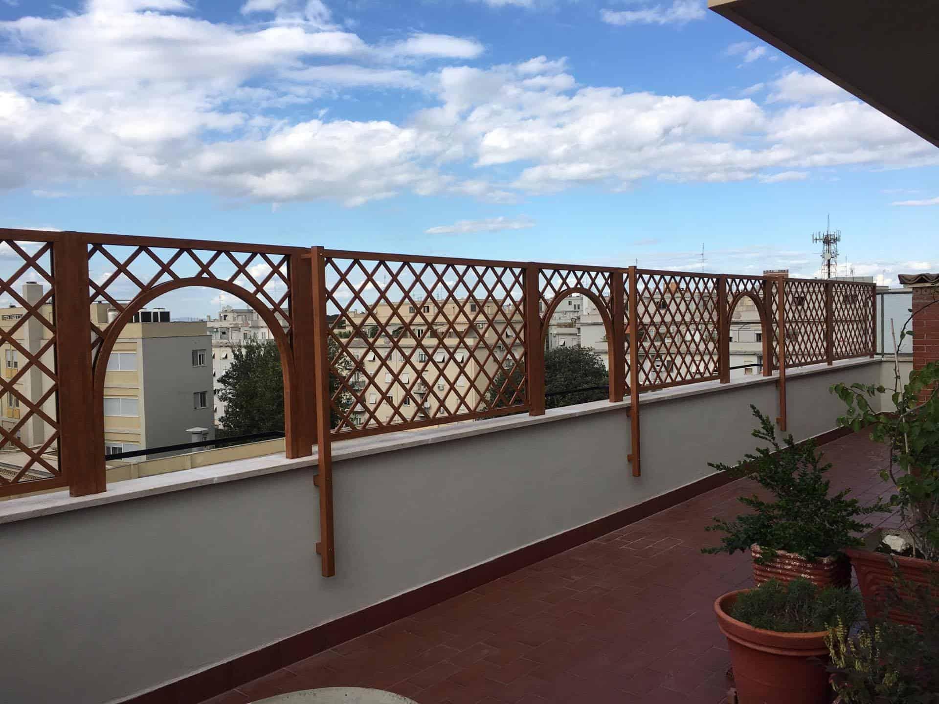 Fotografia di un grigliato in alluminio effetto noce francia (PKA16), maglia 11x11 inclinata, installato su un terrazzo a Roma, quartiere Appio.