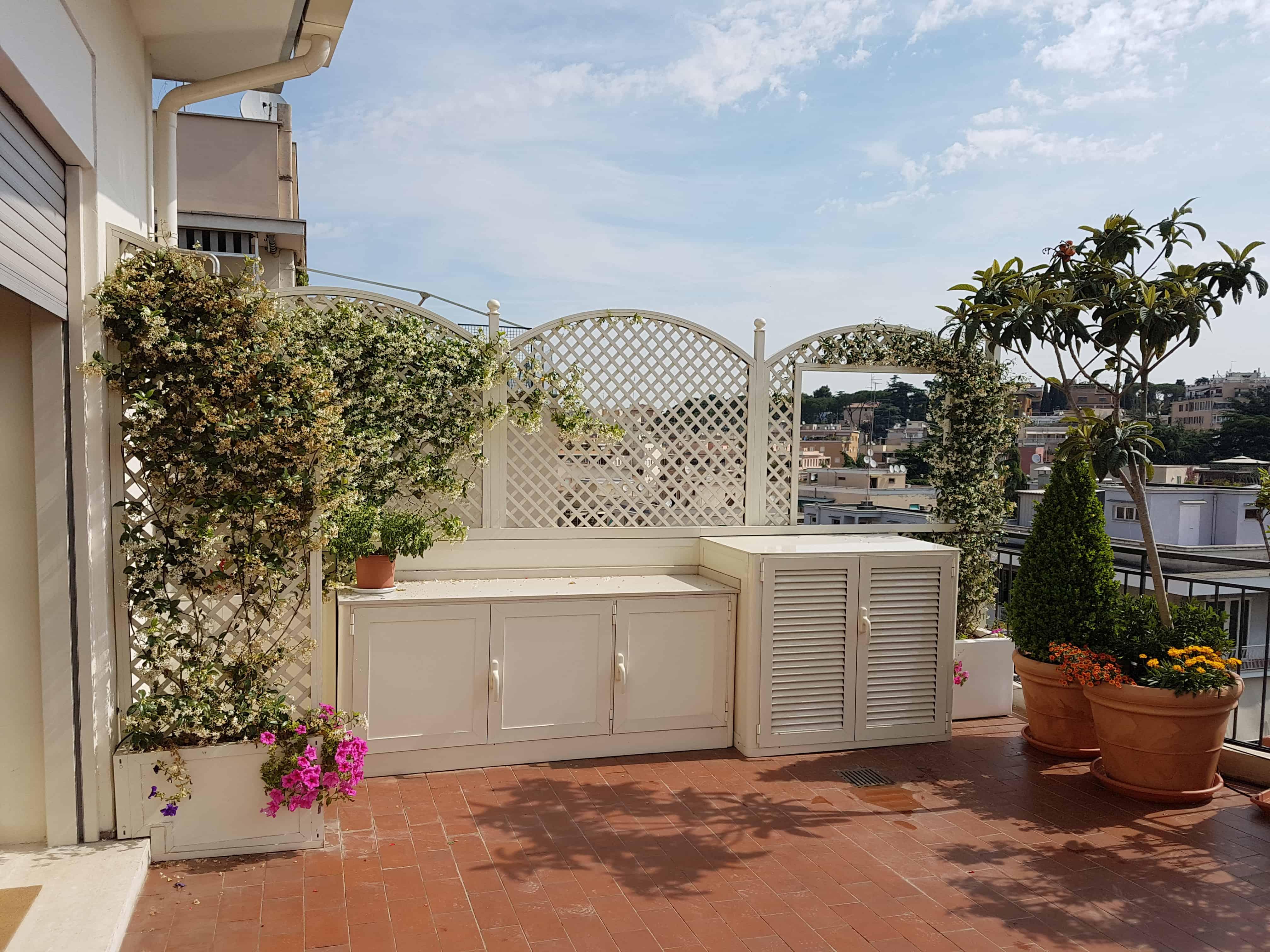 Fotografia di un grigliato in alluminio color avorio (Ral 1013), maglia 4,5 x 4,5 inclinata, installato a Roma, quartiere Parioli.