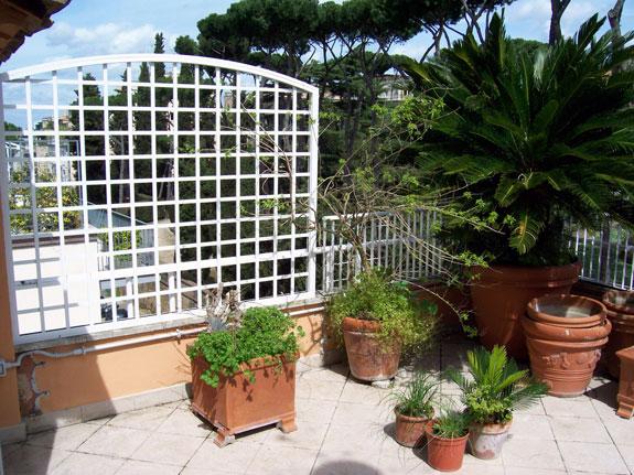 Fotografia di un Grigliato in alluminio verniciato bianco (9010) a maglia dritta 11x11, telaio ad archetto. Montaggio a Roma Parioli.