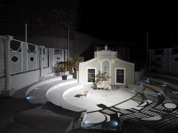 Fotografia di un Grigliato in alluminio bianco (9010) a maglia inclinata 4,5x4,5, affacci a oblò. Montaggio a Brescia