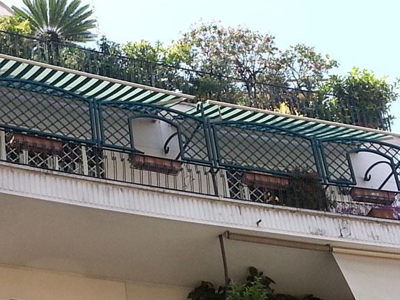 Fotografia di un Grigliato in alluminio verde (6005) a maglia inclinata 11x11, affacci ad archetto, telai ad archetto. Montaggio a Roma Parioli.