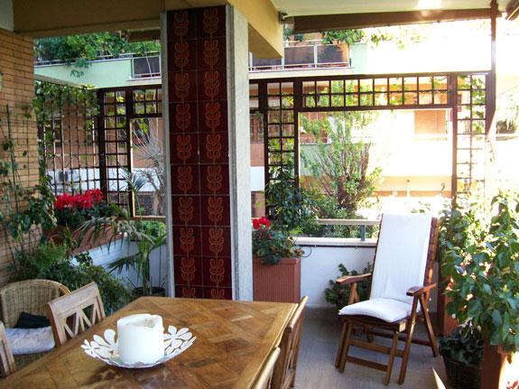 Fotografia di un Grigliato marrone (8017) maglia dritta 11x11, affacci rettangolari. Montaggio a Roma Monteverde.