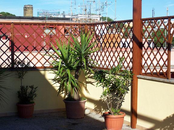 Fotografia di un Grigliato in alluminio effetto legno noce Francia (PKA16) a maglia inclinata 11x11, affacci ad archetto. Montaggio a Roma Torrevecchia.