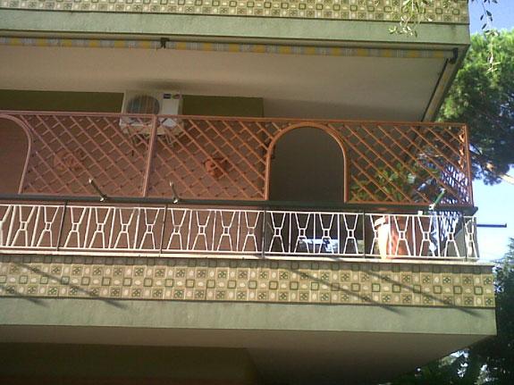 Fotografia di un Grigliato in alluminio effetto legno noce Francia (PKA16), maglia 11x11 inclinata, affacci ad archetto Montaggio a Roma Bravetta.