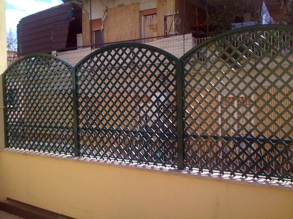Fotografia di un Grigliato verde 6005 maglia 4,5x4,5 inclinata, telai ad archetto. Montaggio a Roma Casilino.