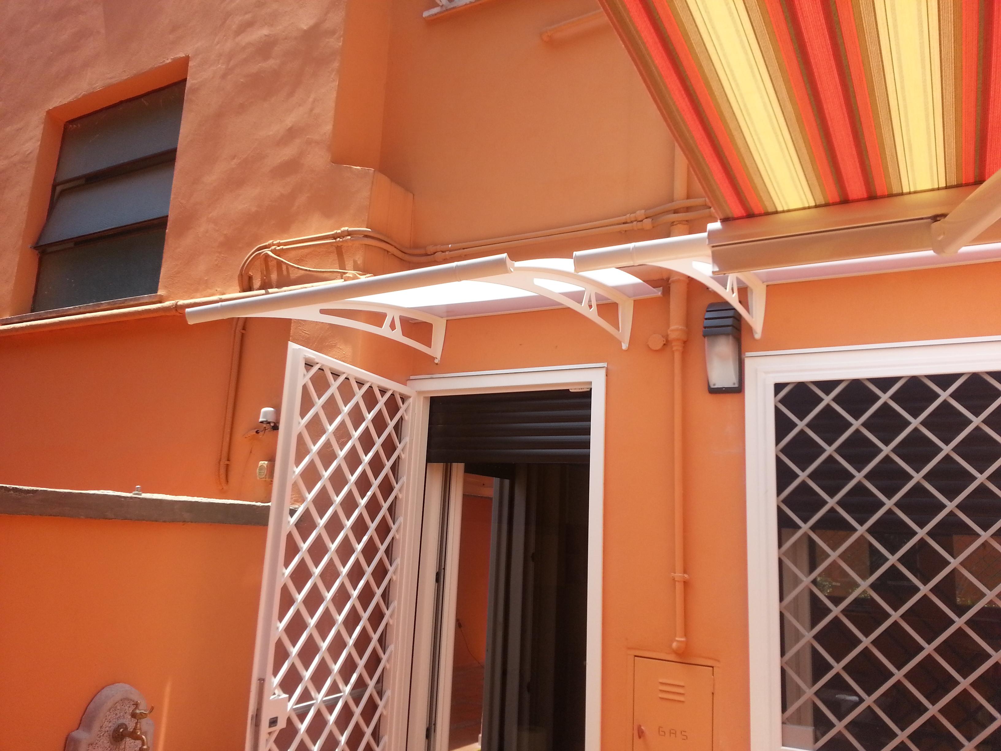 Pensilina arcuata con decorazioni essenziali e copertura semitrasparente