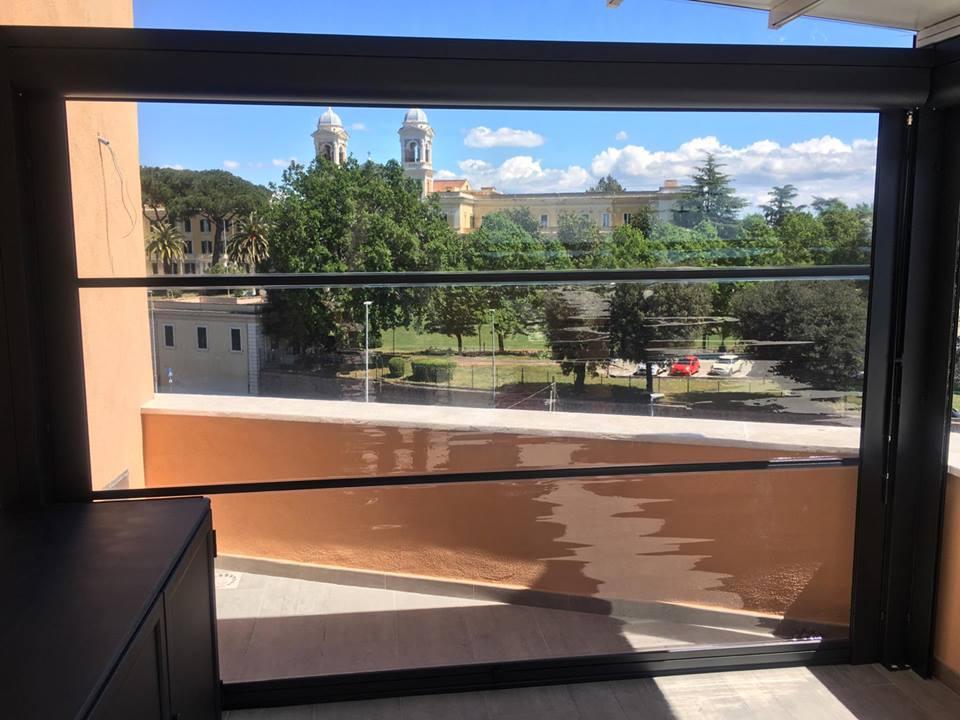 Parete divisoria laterale trasparente di chiusura per una pergotenda in alluminio