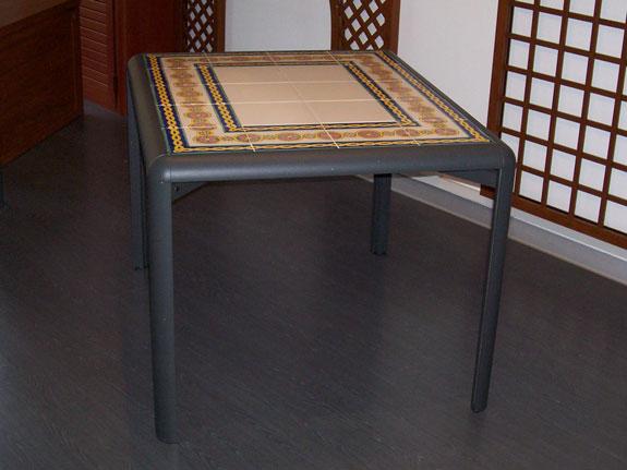 Fotografia di un Tavolo con struttura in alluminio grigio grafite e base con ceramiche Vietresi