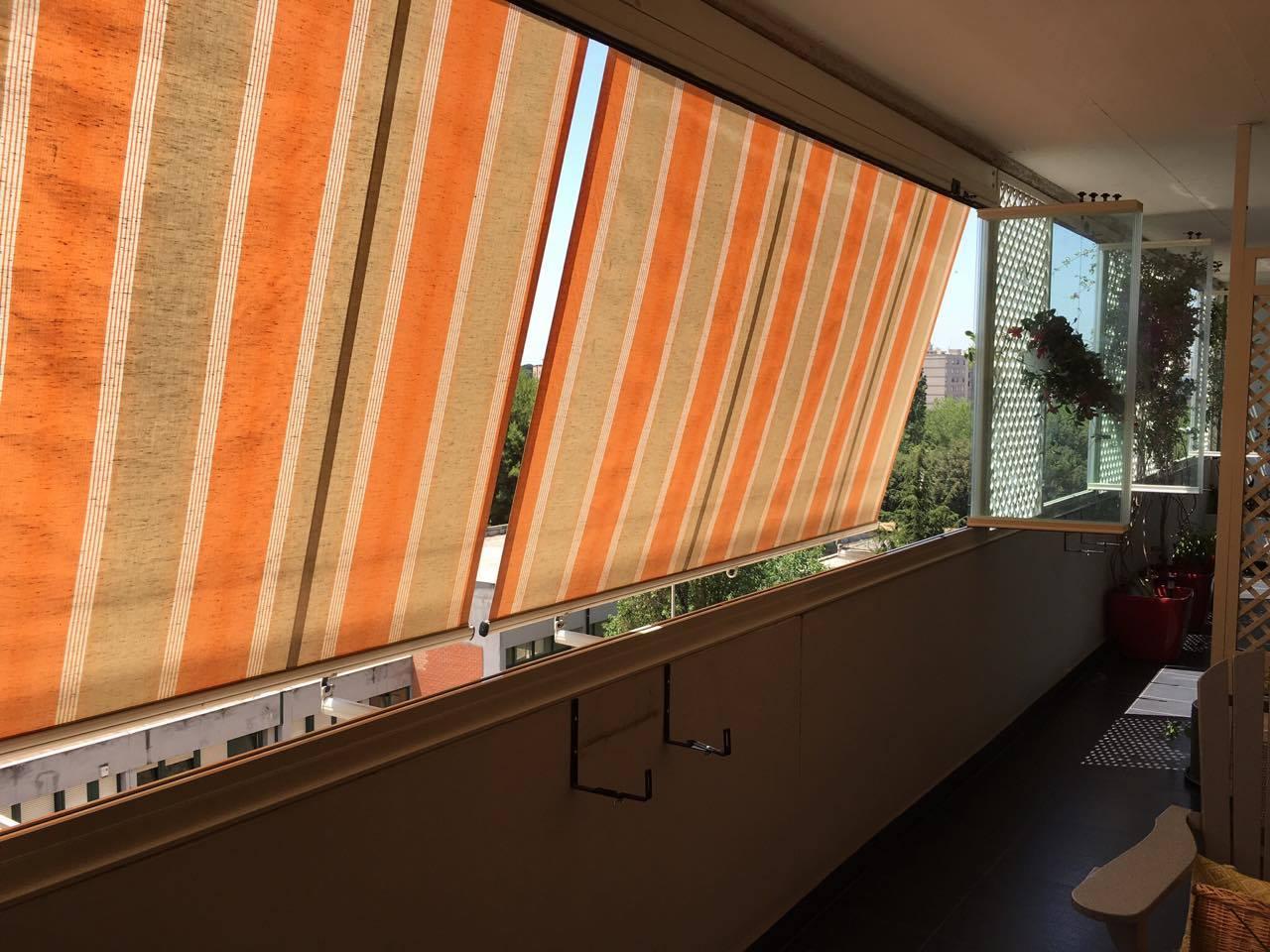 Fotografia di una Tenda da sole Dl classic a molla con telo Tempotest. Montaggio su terrazzo a Roma, quartiere Eur.