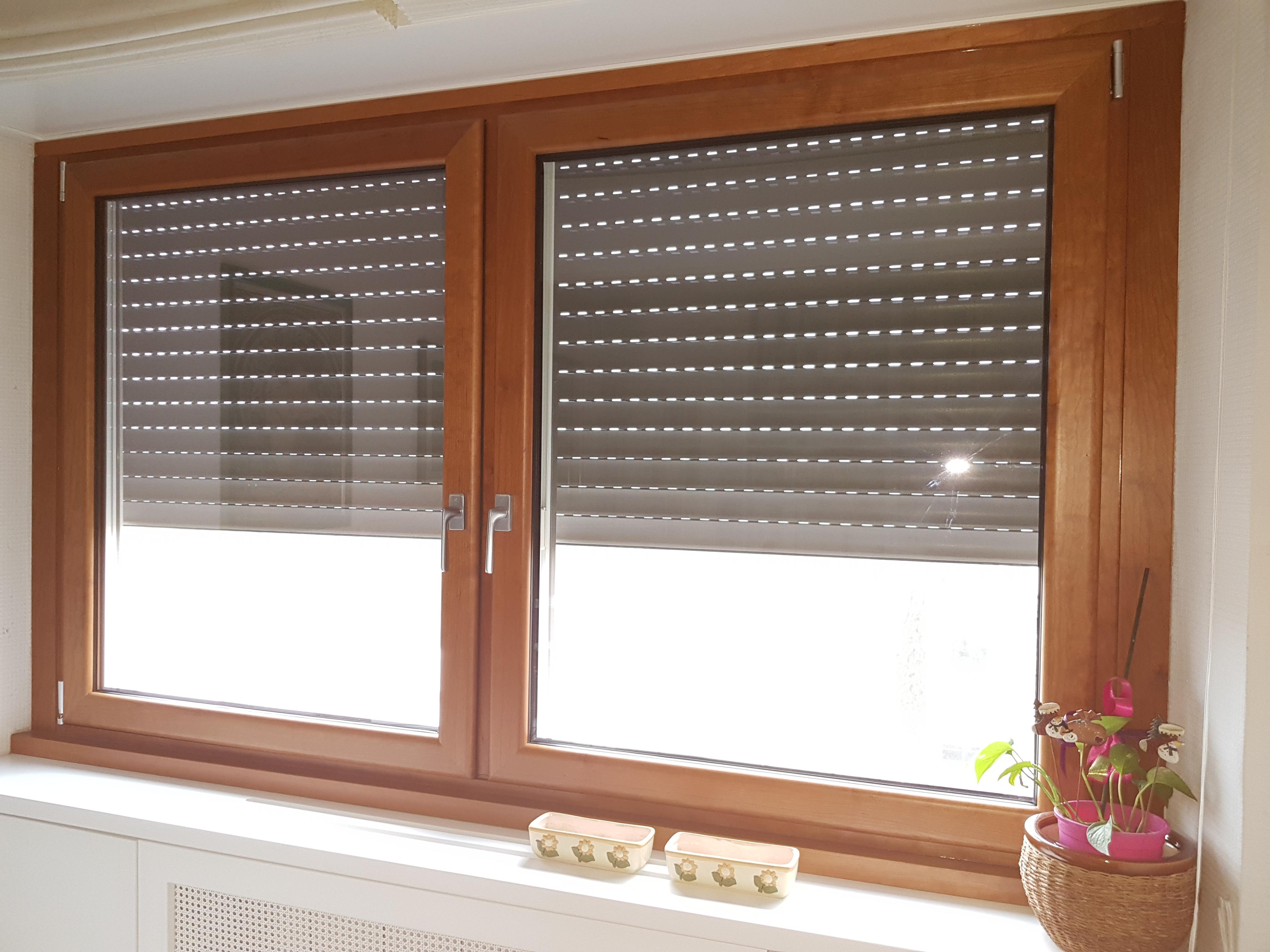Fotografia di una finestra in alluminio-legno All.Co.Wood ciliegio interno e Ral 9010 esterno, con accessori cromo satinati.