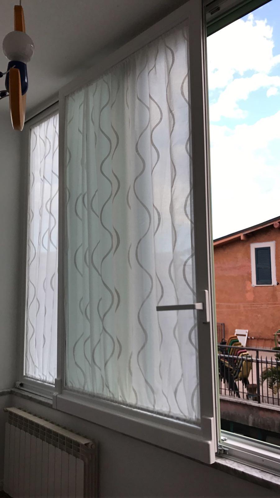 """Fotografia di finestre in PVC pellicolato bianco """"Schuco Corona CT70"""" con accessori cromo satinato."""