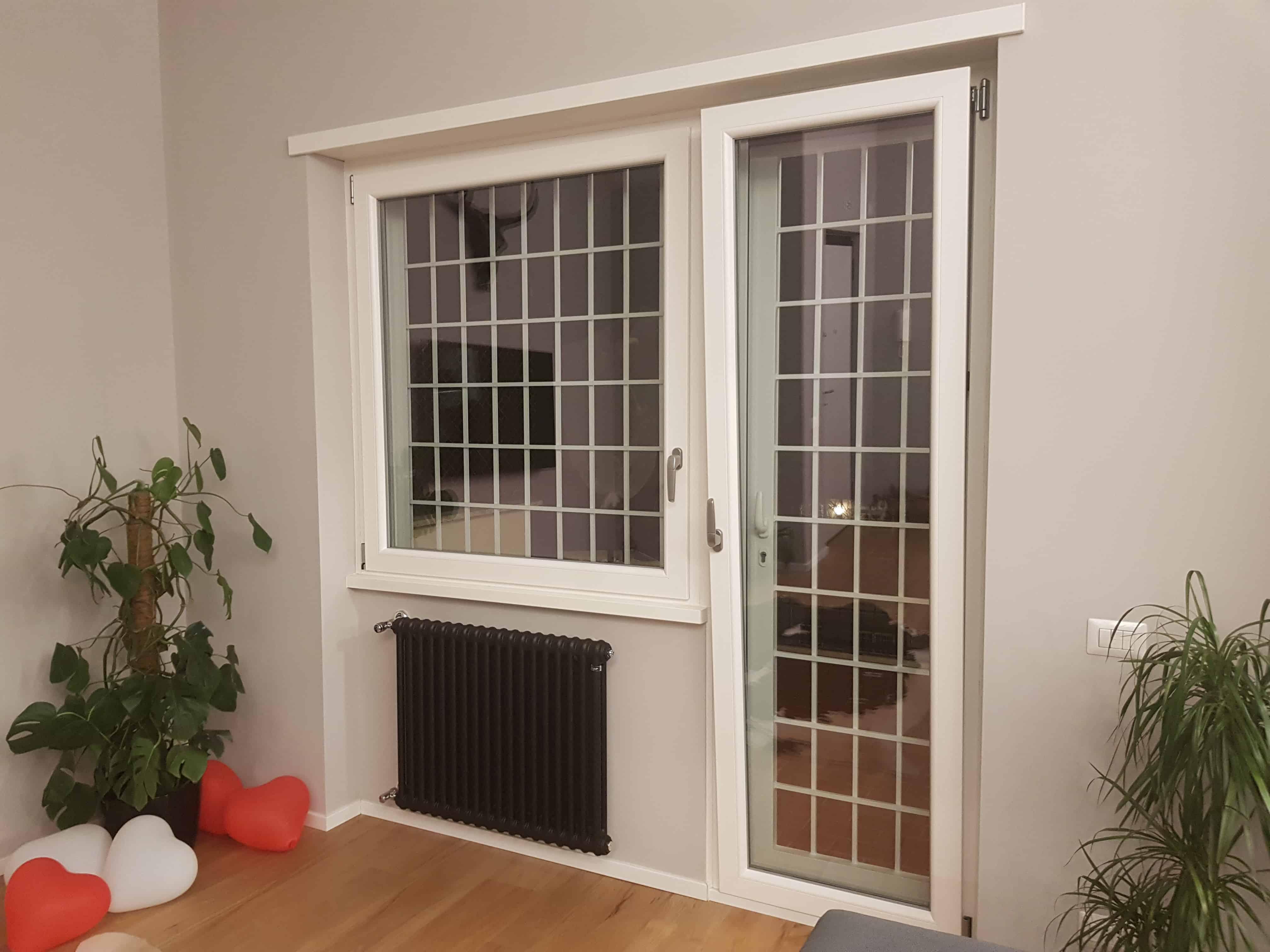 Fotografia di finestra in PVC Schuco Corona CT70 pellicolato bianco, venato, con maniglia cromo satinato.