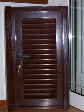Fotografia di una persiana di colore marrone scuro.