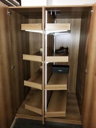 Scarpiera girevole effetto legno ciliegio con piani regolabili, in rotazione