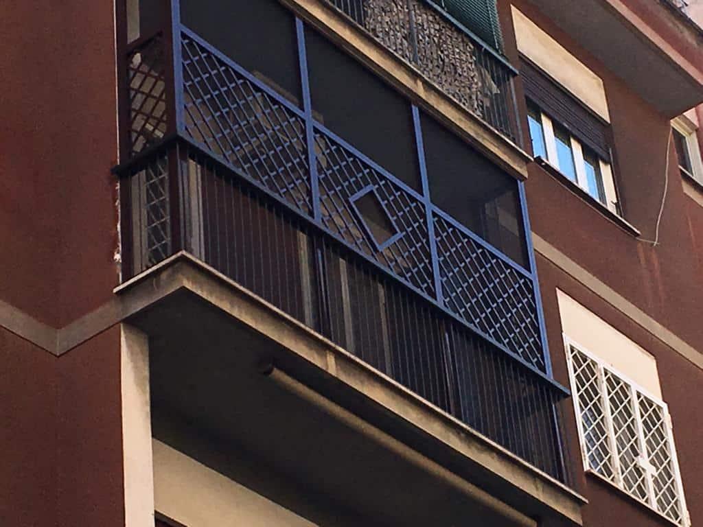 Fototgrafia di una rete di protezione per gatti e cani su balconi e terrazzi, basato su zanzariera pet-screen, montata su un balcone a Roma.